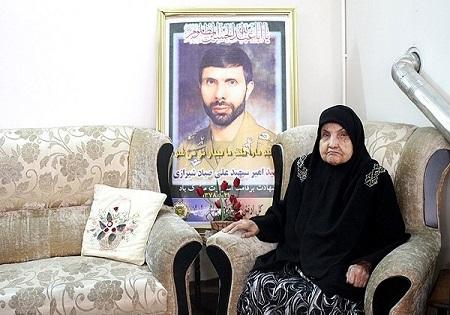 استاندار خراسان رضوی از مادر شهید صیاد شیرازی عیادت کرد