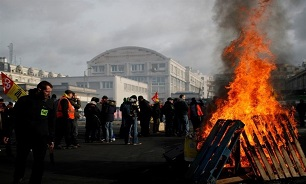 French Economy Shrinks 0.1% under Pressure of Massive Protests