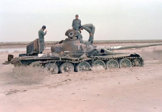 عکس/ محسن رضایی و رحیم صفوی روی تانک عراقی