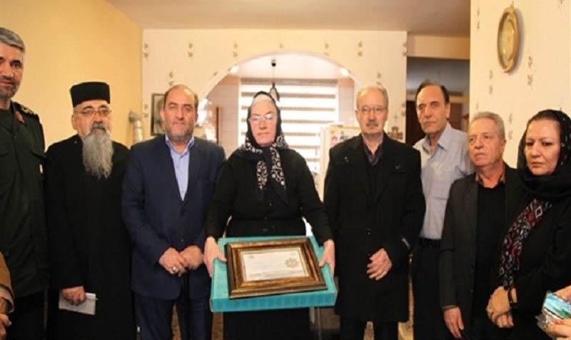 مدیران باغ موزه دفاع مقدس با خانواده اولین شهید ارمنی دیدار کردند