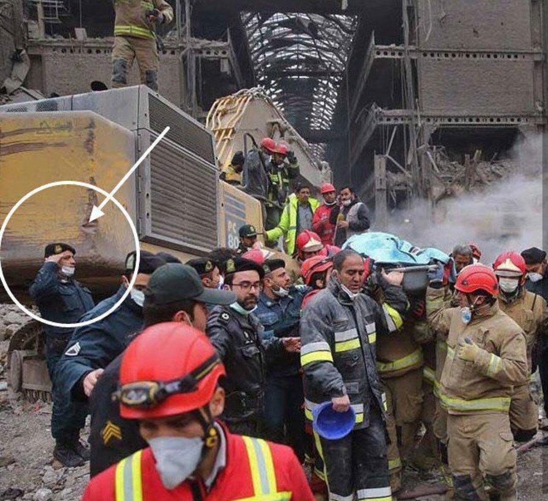 عکس/ احترام افسر نیرو انتظامی به پیکر آتش نشان شهید