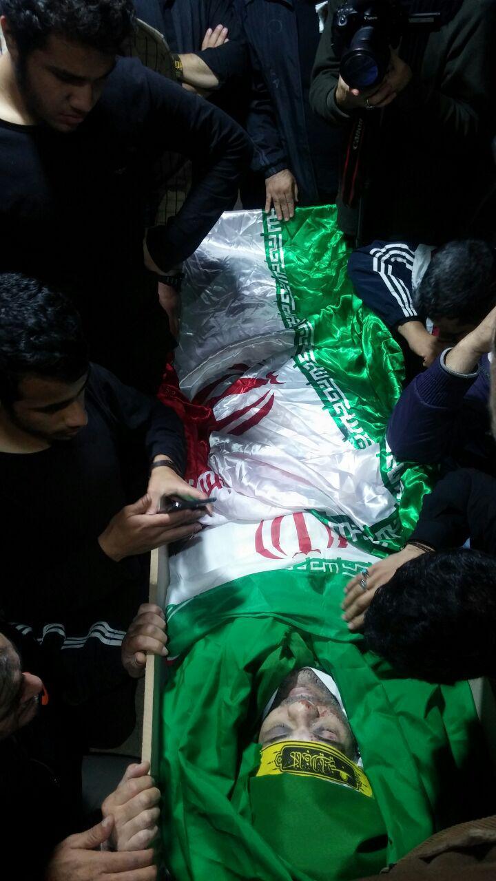 وداع دوستان و خانواده با پیکر شهید مدافع حرم «هادی زاهد» +تصویر