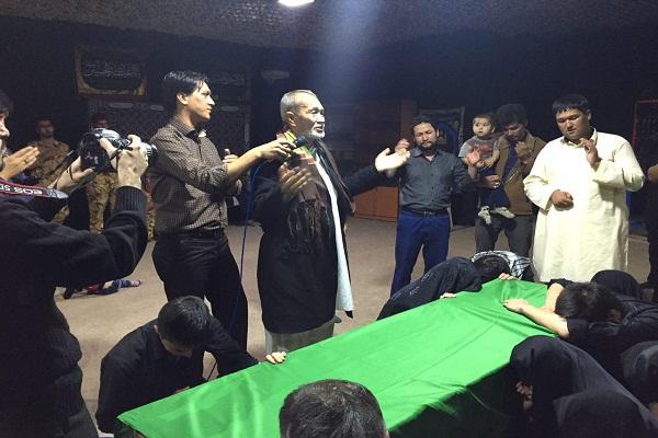 مداحی پدر شهید فاطمیون در کنار پیکر فرزند+تصویر