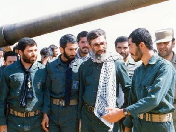فیلم/ تصاویر کمتردیده شده از رهبرانقلاب با لباس رزم در جبهه
