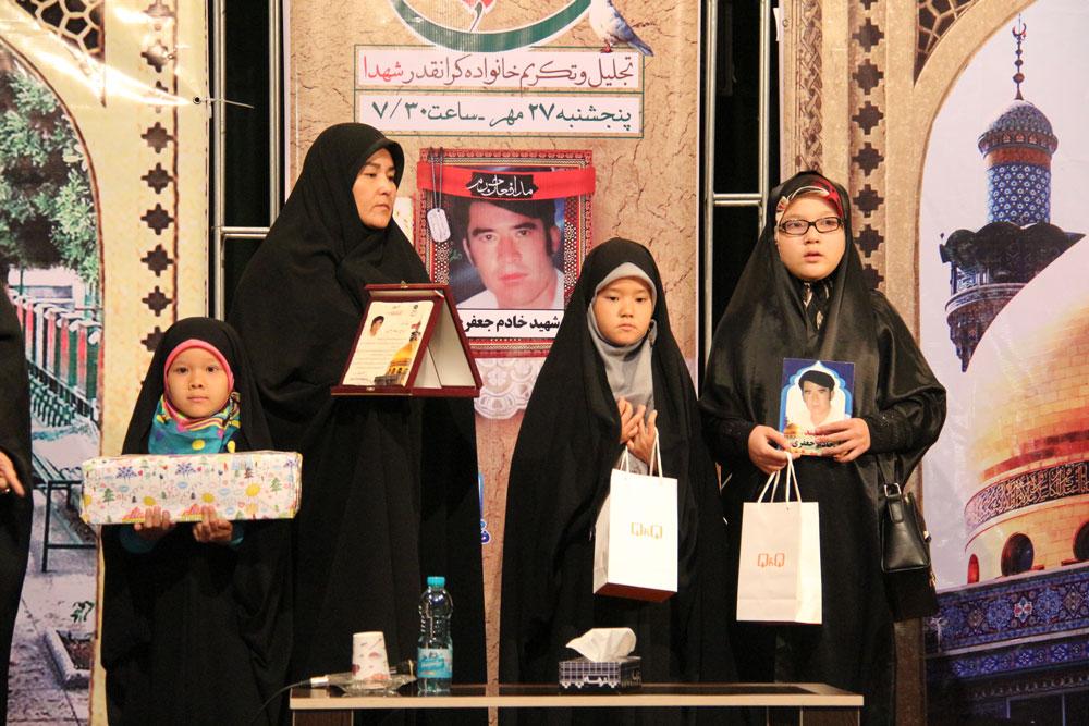 تجلیل از خانواده شهید مفقودالاثر مدافعحرم خادم جعفری