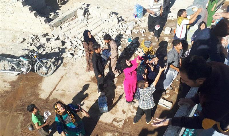 توزیع اقلام مورد نیاز زلزلهزدگان توسط قرارگاه خاتم الانبیاء (ص) سپاه