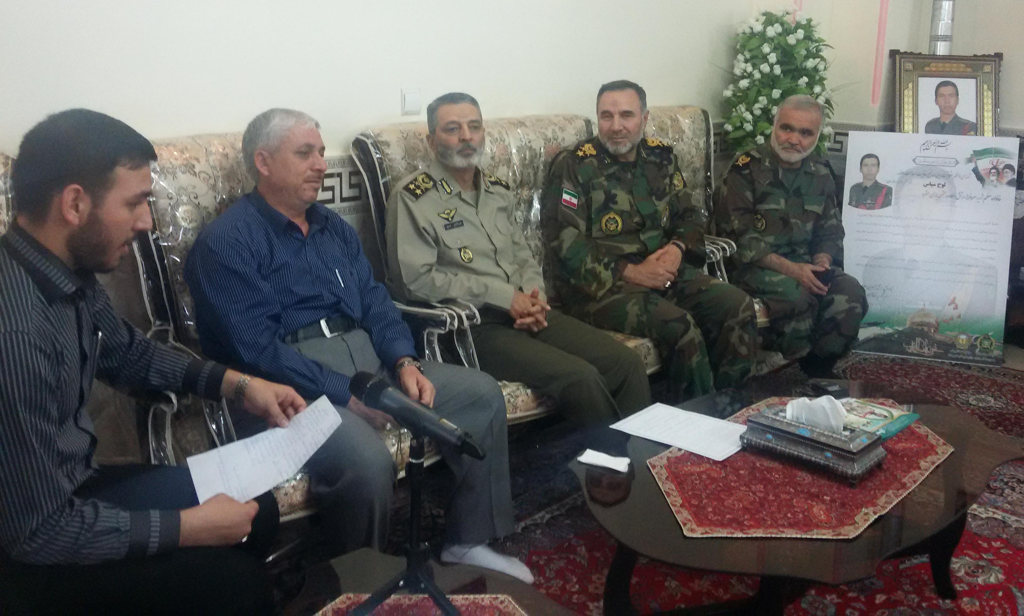 دیدار فرمانده کل ارتش با خانواده شهدای مدافع حرم
