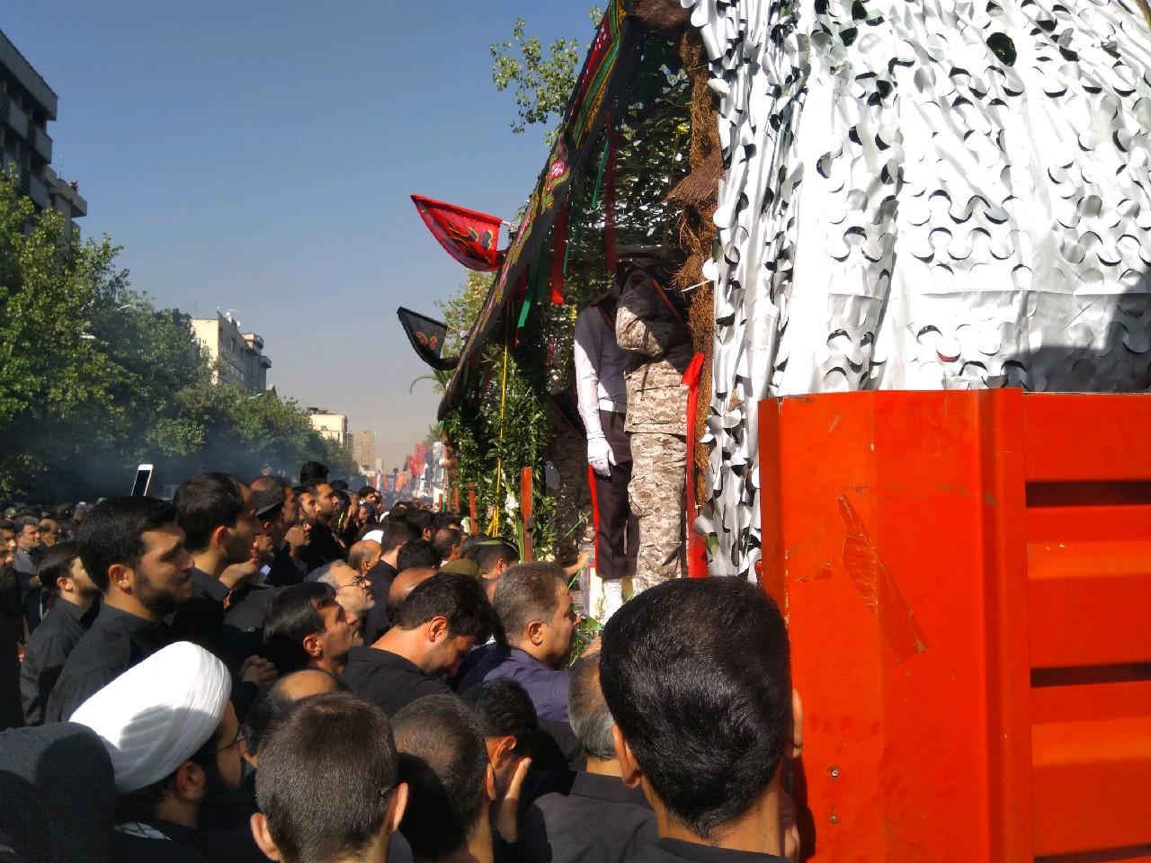 مراسم بدرقه ۱۳۵ شهید به روایت خبرنگاران دفاع پرس/ باید سیلی دیگری به گوش استکبار بزنیم