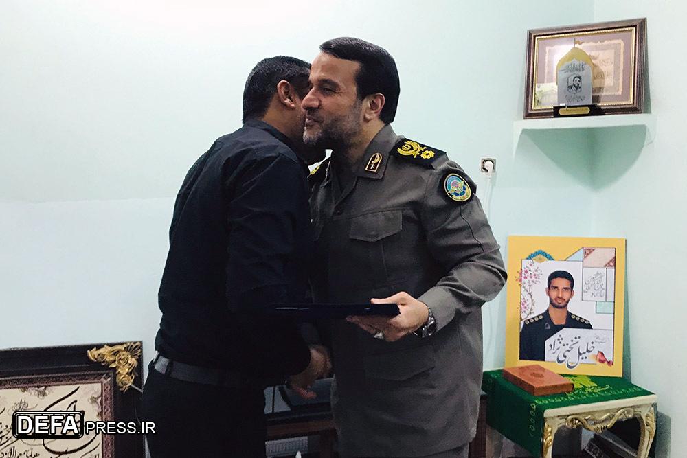 سردار کارگر با خانواده شهید مدافع حرم تختی نژاد در بندرعباس دیدار کرد