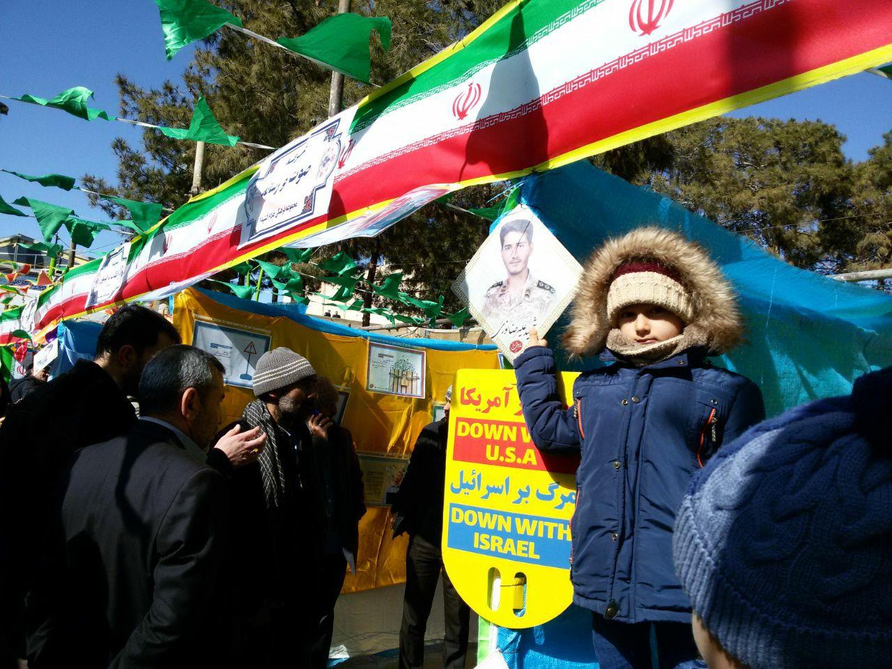 فرزندان شهدای مدافع حرم جای خالی پدران خود را در راهپیمایی ۲۲ بهمن پر کردند+ تصاویر