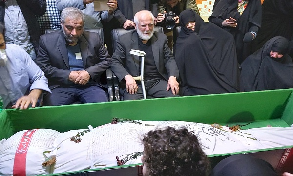 لحظه وداع پدر و مادر فرمانده شهید سوریه+ تصاویر