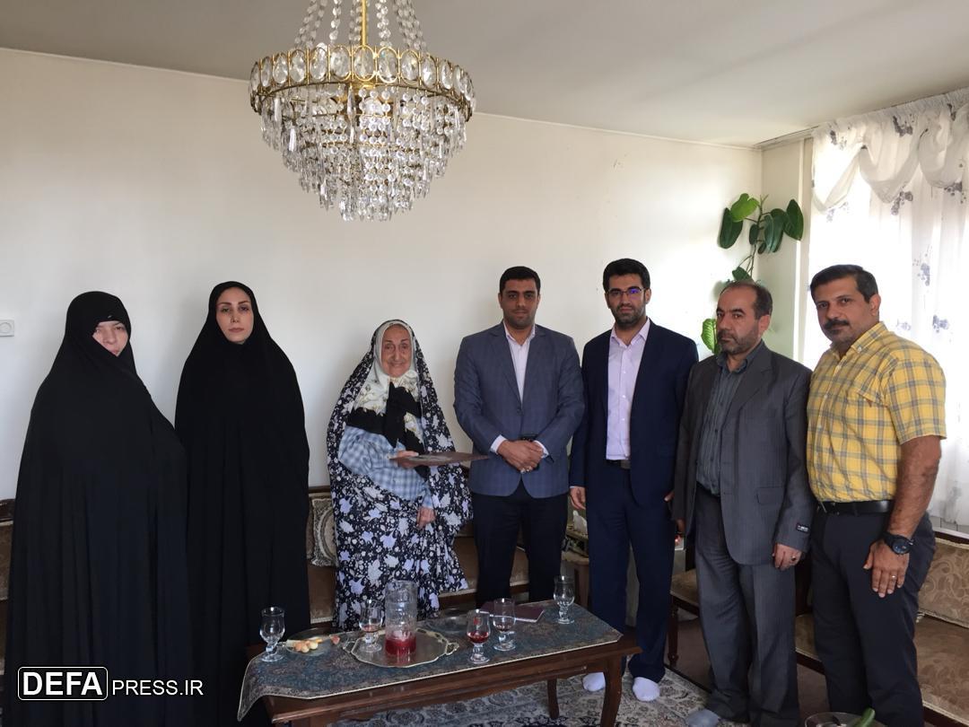 تجلیل مسئولان شهرداری منطه ۶ تهران از مادر شهید «فرخ دقیقى بخشنده» + تصاویر