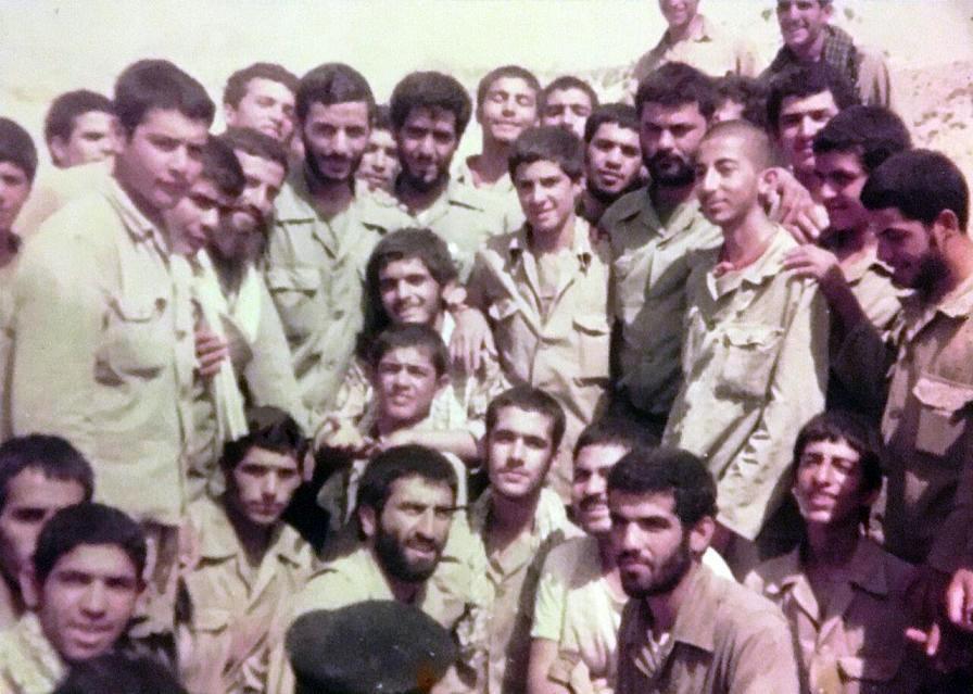 شهید همت در جمع تخریبچیهای جوان عملیات والفجر 3+ تصویر