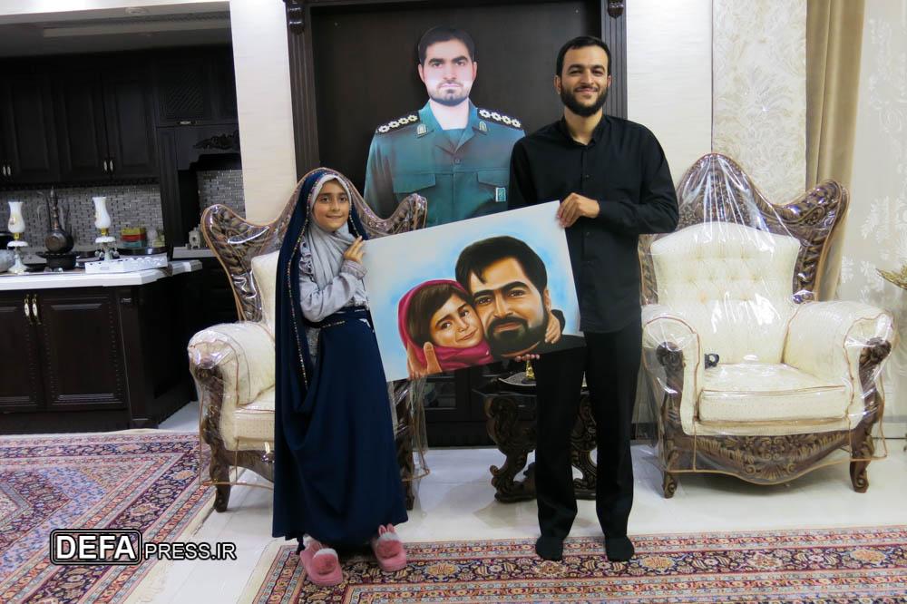 اهدای نقاشی پرتره شهید «هادی باغبانی» به فرزند این شهید مدافع حرم + عکس