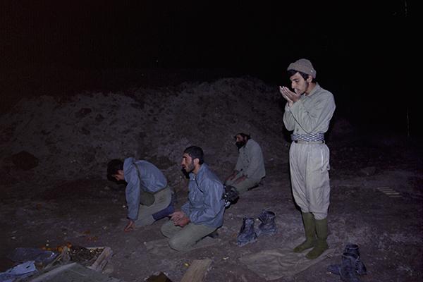 اقامه نماز رزمندگان در جبهه به روایت دوربین