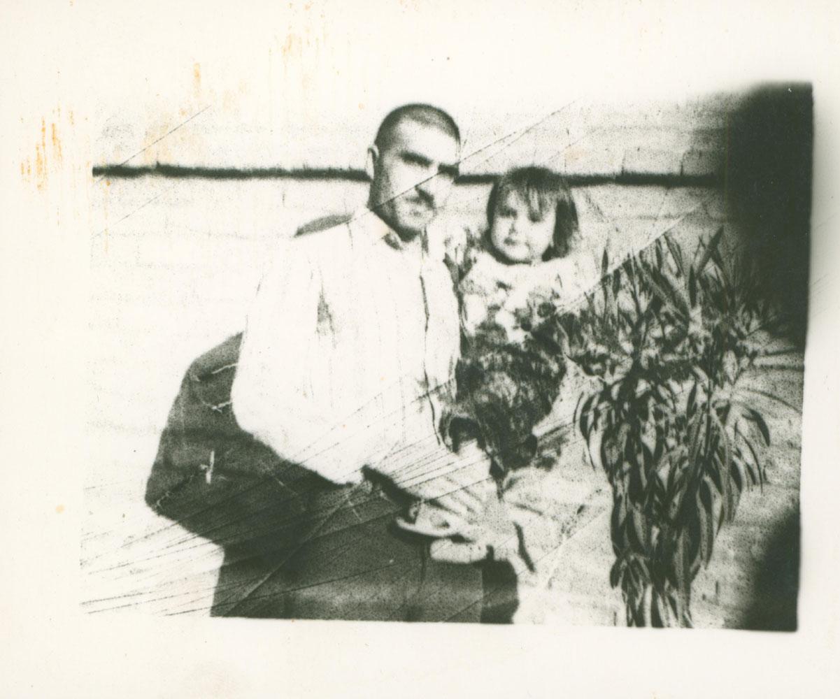 تصویر بسیجی شهید منصور عباسی کیان همراه با فرزند