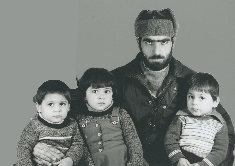 تصویر بسیجی شهید منصور عباسی کیان همراه با فرزندان