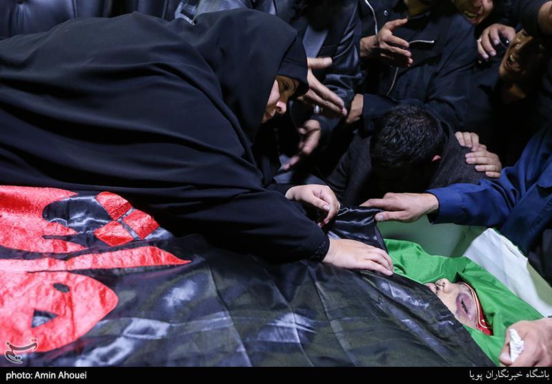 وداع/ وداع مادر شهید محمدمهدی رضوان با فرزندش