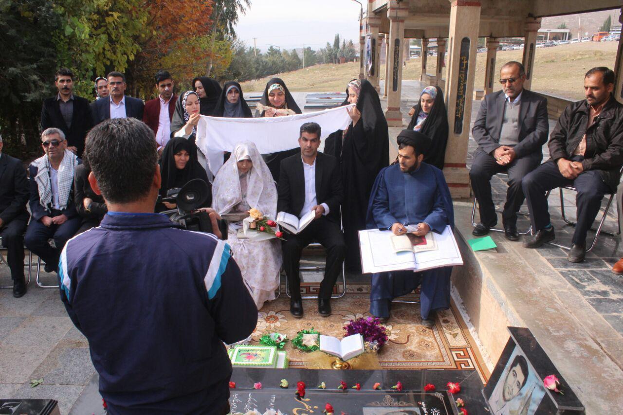جشن ازدواج زوج جوان در کنار شهید «سید نورخدا موسوی» + تصویر