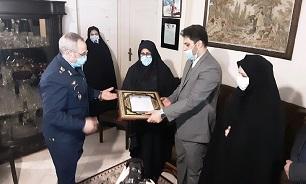 امیر سرتیپ نصیرزاداه با خانواده شهید بیک محمدی دیدار کرد