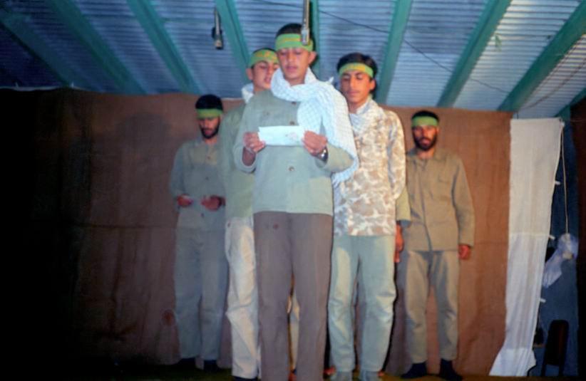 دست زدن ۲ انگشتی رزمندهها در تولد امام حسن (ع) / بهم خوردن تئاتر با یک شاخه سبزی+ عکس